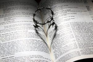Crown of throns heart on bible james chan pixabay