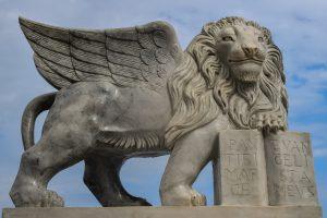 Winged lion sculpture photo taken by Dimitris Vesikas, pixabay